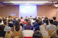 Åhörare i hörsal på vetenskaplig konferens royaltyfri fotografi