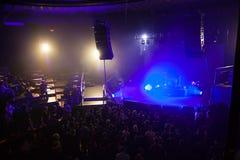 Åhörare i väntande på showbörjan för konserthall royaltyfri fotografi