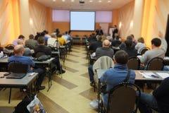 åhörare lyssnar till agera i en konferenskorridor Royaltyfri Fotografi