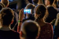Åhörare lyssnar till föreläsaren royaltyfria foton