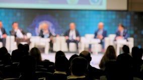 Åhörare lyssnar till föreläsaren på konferensen stock video