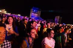 Åhörare på den levande konserten Arkivfoto