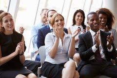 Åhörare som applåderar högtalaren på affärskonferensen fotografering för bildbyråer
