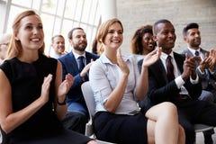 Åhörare som applåderar högtalaren på affärskonferensen Royaltyfri Foto