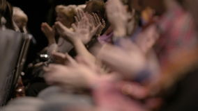 Åhörare som applåderar, under en spektakulär händelse lager videofilmer