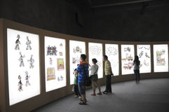 Åhörare som håller ögonen på kinesisk skugga (21st UNIMA) Arkivfoton