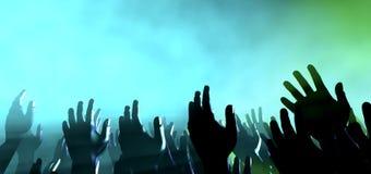 Åhörarehänder och ljus på konserten fotografering för bildbyråer