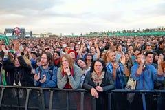 Åhörareklocka en konsert på den Heineken Primavera ljudfestivalen 2014 royaltyfri foto