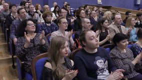 Åhörarna applåderas i salongen Teater- och konsertbyrå Ryssland Saratov, mars 27, 2017 stock video