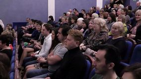 Åhörarna applåderas i salongen Teater- och konsertbyrå Ryssland Saratov, mars 27, 2017 arkivfilmer