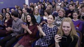 Åhörarna applåderas i salongen Teater- och konsertbyrå Ryssland Saratov, mars 27, 2017 lager videofilmer