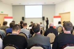Åhörarna lyssnar i en konferenskorridor Arkivbild