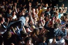 Åhörarna som gör folkmassan som surfar (också som är bekant som, mosh gropen) på det Heineken Primavera ljudet 2014 Arkivbilder