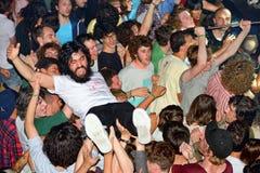 Åhörarna som gör folkmassan som surfar (också som är bekant som, mosh gropen) på det Heineken Primavera ljudet 2014 Arkivbild