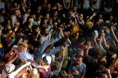 Åhörarna som gör folkmassan som surfar (också som är bekant som, mosh gropen) på det Heineken Primavera ljudet 2014 Royaltyfri Bild