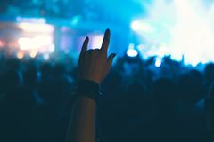 Åhörarna som håller ögonen på konserten på etapp Arkivfoto