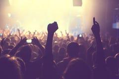 Åhörarna som håller ögonen på konserten på etapp Fotografering för Bildbyråer