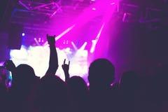 Åhörarna som håller ögonen på konserten på etapp Arkivbild