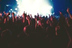 Åhörarna som håller ögonen på konserten på etapp Royaltyfri Foto