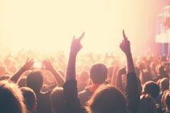 Åhörarna som håller ögonen på konserten på etapp Royaltyfria Foton
