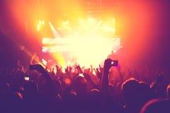 Åhörarna som håller ögonen på konserten på etapp Royaltyfri Fotografi
