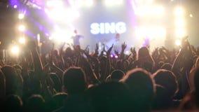 Åhörarna som lyfter upp händer på konserten för öppen luft Royaltyfri Foto