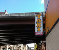 Åk taxi garaget, tecknet nära den Queensboro bron, den 59th gatabron, Queens, NYC, USA Arkivfoton