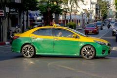 Åk taxi i Bangkok med färgrik gräsplan och guling royaltyfri fotografi