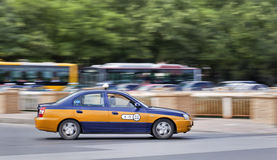 Åk taxi på vägen med bussar på bakgrunden, Peking, Kina Royaltyfri Bild