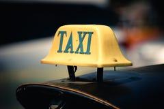 Åk taxi tecknet överst av tuktuk i Bangkok, Thailand arkivfoto