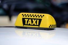Åk taxi tecknet på taket av bilen Arkivbild