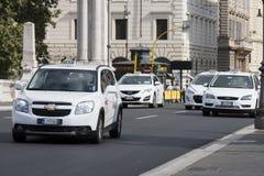 Åk taxi trafik i den historiska mitten av Rome Royaltyfria Bilder