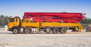 Åka lastbil eller bearbeta med maskin med den konkreta pumpen för konstruktion royaltyfria bilder