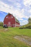 Åka lastbil framme av klassisk gammal röd ladugård i Vermont Royaltyfri Bild