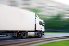 Åka lastbil går på stadsgatan Royaltyfria Bilder