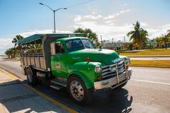Åka lastbil gräsplan, som används som en taxi Varadero cuba royaltyfri bild