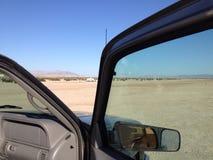 Åka lastbil i öknen Royaltyfria Bilder
