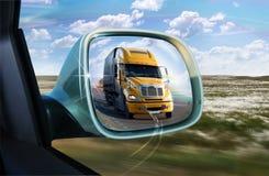Åka lastbil i backspegeln Arkivfoto
