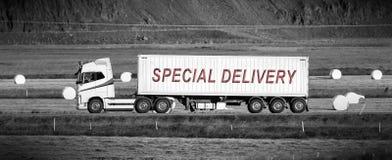 Åka lastbil körning till och med en landsbygd - special leverans Arkivfoton