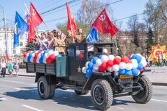 Åka lastbil med flickor i likformig av tider som WW2 ståtar på Royaltyfri Bild