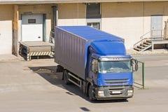 Åka lastbil päfyllningsgods, last, lager med dörrar royaltyfria bilder