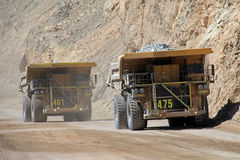 Åka lastbil på Chuquicamata, världens den största kopparminen för öppna grop, Chile arkivbilder