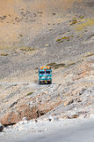 Åka lastbil på den höga höjden Manali - den Leh vägen, Indien Royaltyfri Fotografi