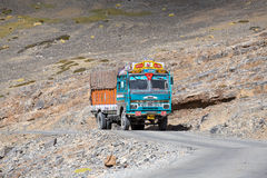 Åka lastbil på den höga höjden Manali - den Leh vägen, Indien royaltyfri bild