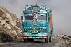 Åka lastbil på den höga höjden Manali - den Leh vägen, Indien Royaltyfria Bilder