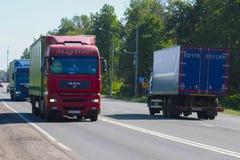 Åka lastbil på en huvudväg Arkivfoton