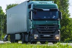 Åka lastbil på en huvudväg Royaltyfria Bilder