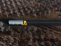 Åka lastbil på landsvägen Royaltyfria Foton
