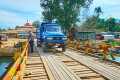 Åka lastbil på träbron, Indein, Myanmar Royaltyfri Bild