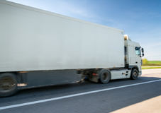 Åka lastbil på vägen Royaltyfri Foto